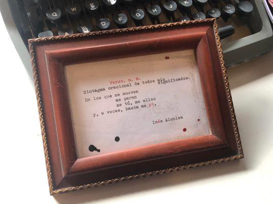 lámina en blanco y negro enmarcada con un texto a máquina de escribir poesía